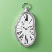 Reloj de pared derretido al estilo Dalí